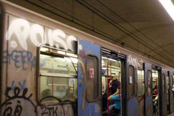 Follia a Roma, rapper 'occupa' cabina metro B