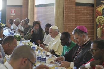 Olive e pollo panato, il Papa pranza con i poveri