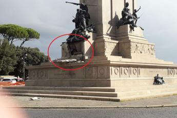 Fulmine su monumento a Roma, crolla base
