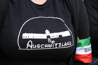 Auschwitzland, la t-shirt fascista diventa un caso