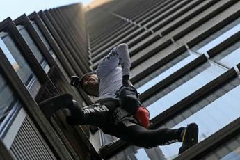 'Spiderman' scala grattacielo a Londra