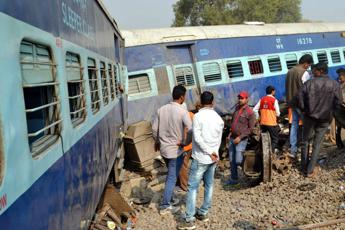 India: treno travolge folla, oltre 50 morti