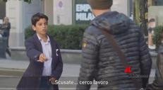 Bimbo cerca lavoro a Milano, la reazione dei passanti
