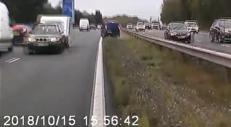 Contromano in autostrada, roulotte semina il panico