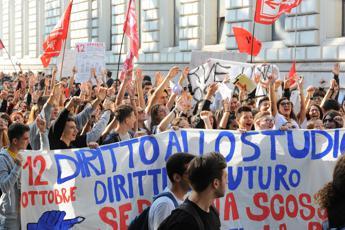 Studenti bruciano manichini Salvini e Di Maio