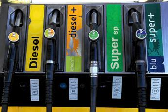 Benzina e diesel, prezzi ancora giù