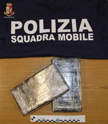 Nasconde nel trolley 2,2 kg di cocaina, arrestato