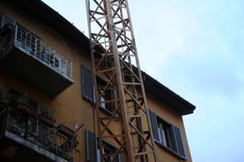 Taranto, precipitano da gru: morti due operai