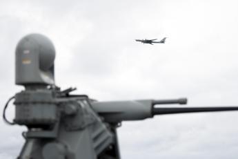 Bombardiere russo sorvola nave Usa in Norvegia