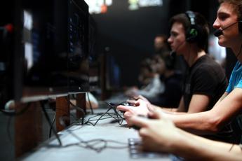 Attacca i video games, rivolta social contro Calenda