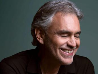 Andrea Bocelli in vetta alla classifica americana e inglese, è record