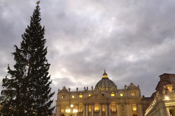 Papa alla Messa di Natale, sconfiggere avidità e voracità umana