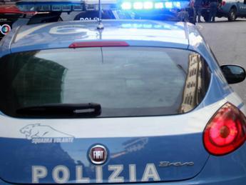 Poliziotti accerchiati da Rom, agente spara in aria