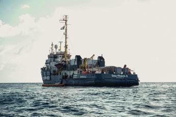 Sea Watch chiede lo sbarco, Salvini insiste: Porti chiusi