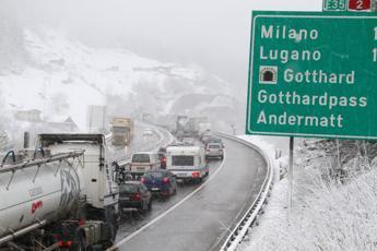 Auto italiana in fiamme nel San Gottardo
