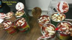 A Natale la droga corre sul bus dentro i barattoli di pomodoro