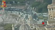 La protesta dei bus a Roma, il caos dall'alto