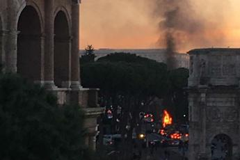 Bus turistico in fiamme vicino al Colosseo