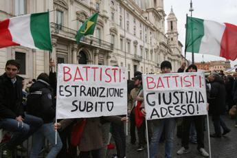 Battisti, i social esultano