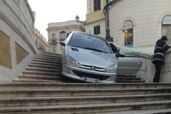 Giù con l'auto da Trinità dei Monti
