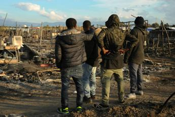 Tendopoli in fiamme, morto un migrante