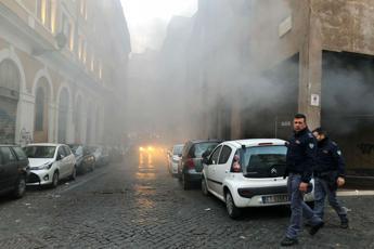 Incendio al ghetto di Roma, auto in fiamme in un garage