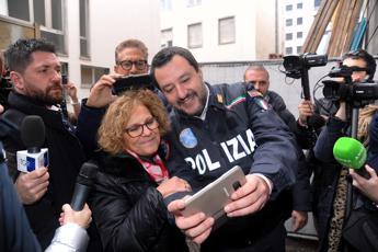Polemica sull'uso della divisa, scontro Saviano-Salvini