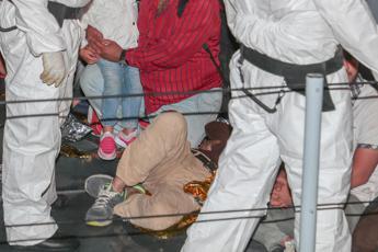 Barcone si incaglia, cittadini si tuffano per salvare migranti