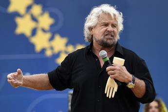 Attivisti 5S pronti a contestare Grillo a teatro