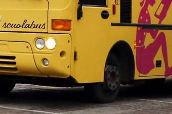Dimenticato nello scuolabus per 6 ore