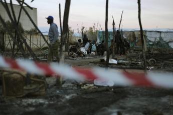 Fiamme nella baraccopoli, muore migrante