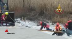 Tre giovani bloccati nel fiume, lo spettacolare salvataggio