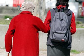 Covid Italia, Assindatcolf: Nessuna paura, assistenti familiari al lavoro nelle famiglie