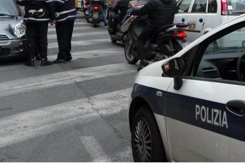 Roma, pullman contro semaforo: ferito un pedone