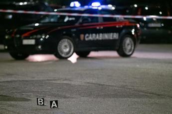 Trascinata fuori dall'auto e investita, muore 50enne