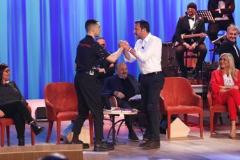 Salvini-Mahmood, stretta di manoal Maurizio Costanzo Show