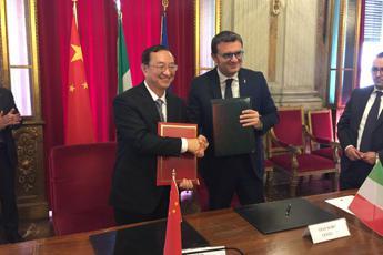 Centinaio firma intesa con ministro cinese Luo Shugang