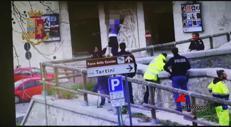 Firenze, lo sbatte a terra e gli salva la vita