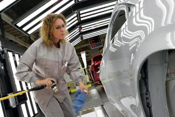 Giù clima fiducia consumatori e imprese