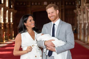 Battesimo privato per Archie. Harry e Meghan deludono i fan