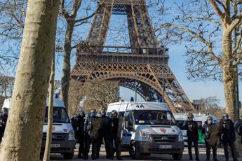 Tour Eiffel evacuata, uomo si arrampica e minaccia il suicidio