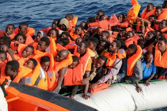 Migranti/ Libia, Sea Watch soccorre 53 persone. Salvini: