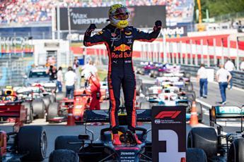 Verstappen beffa la Ferrari e vince