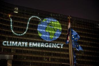 Clima, attivisti Greenpeace in azione a Bruxelles