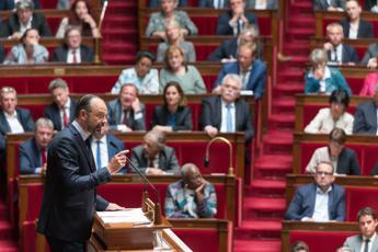 Macron si sfila e lascia il Parlamento a Philippe