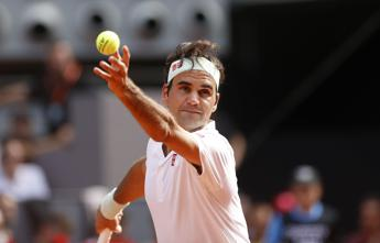 Federer domina Berrettini e vola ai quarti