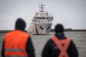 Ormeggia la Gregoretti, naufraghi restano a bordo