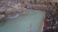 Agente e senatore romano, la rincorsa nella Fontana di Trevi