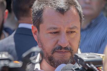 Protegga l'Italia, Salvini twitta foto con crocefisso