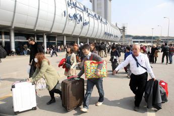 Volo Sharm-Napoli, atterraggio emergenza al Cairo